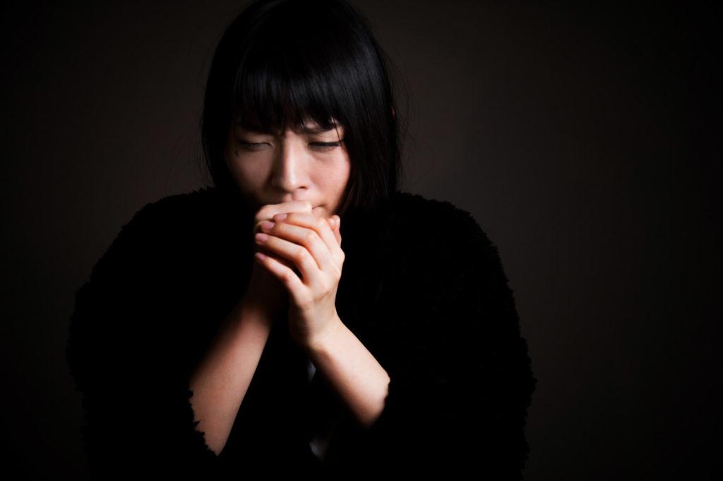 咳をする人のイメージ
