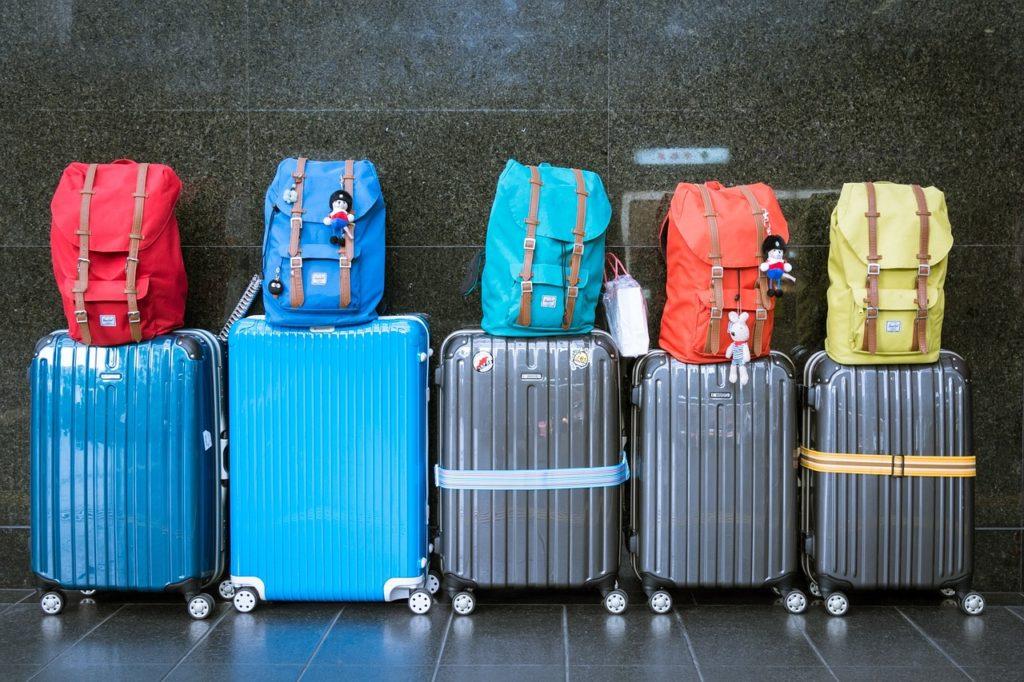 ズラリと並ぶスーツケース