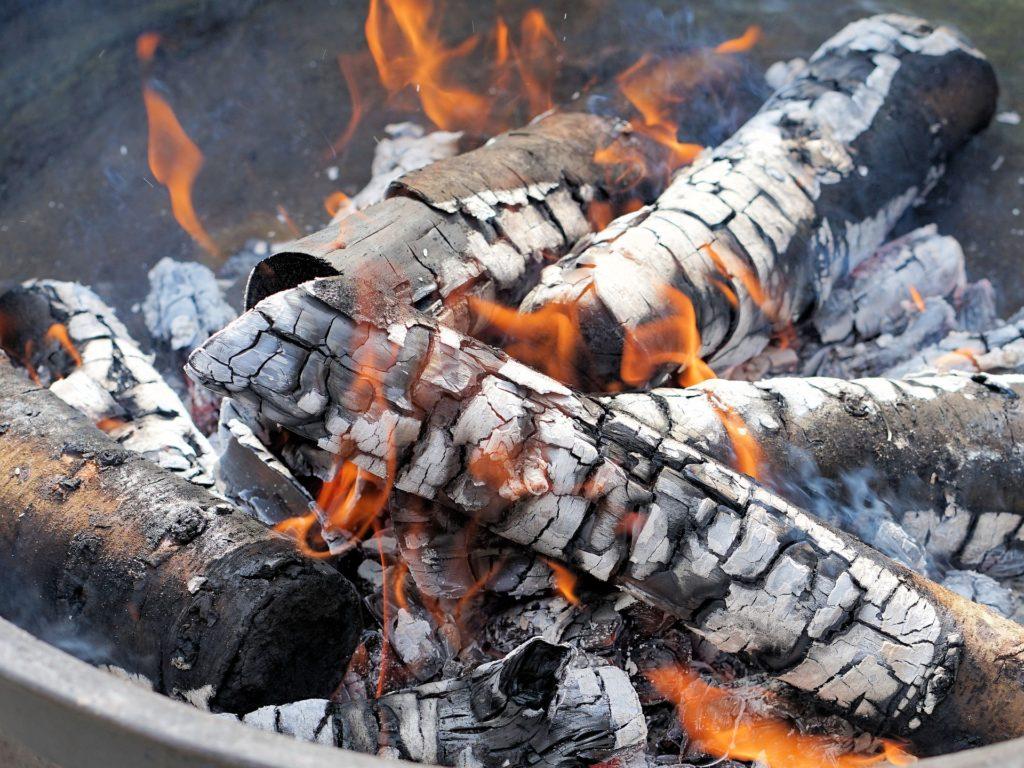 木を燃やした後の灰のイメージ