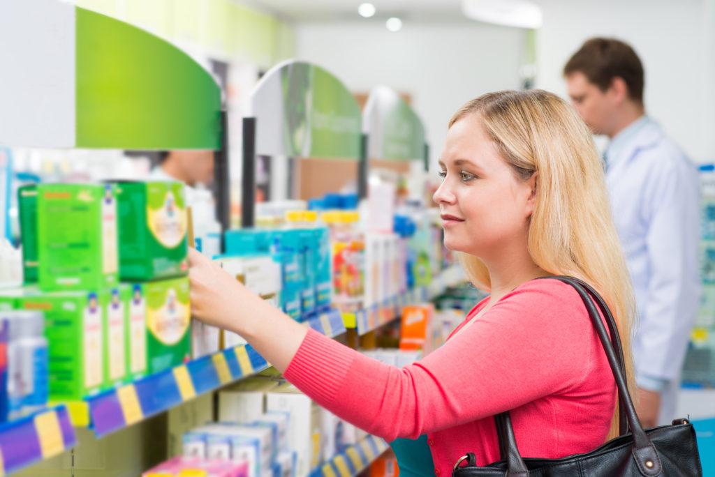 薬局で買い物をする女性