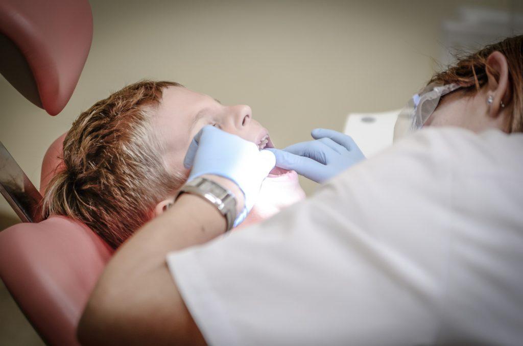 虫歯治療を受ける子供