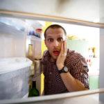 冷蔵庫を見て驚くイメージ
