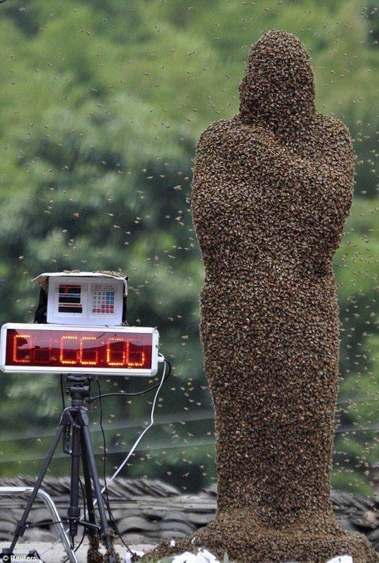 全身びっしりミツバチに覆われた人