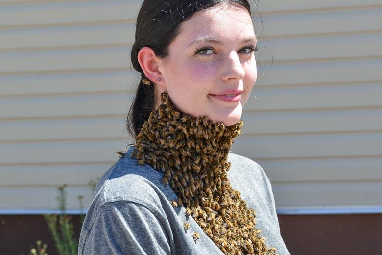 スカーフのようにミツバチを纏う女性
