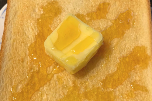 ハニーアマンテをトーストとバターにかけた様子